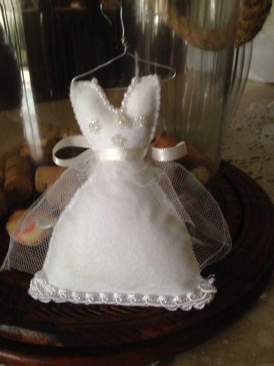 Vestido de noiva no cabide by Artes da Fada