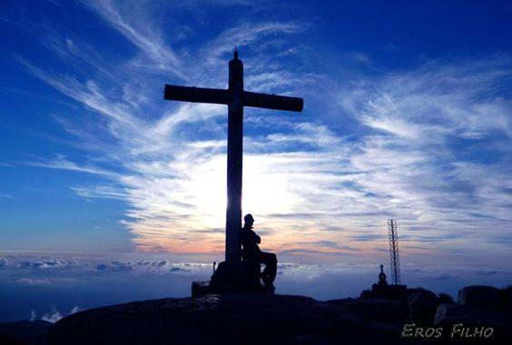 O Pico da Bandeira está localizado no Parque Nacional do Caparaó, na divisa entre os municípios de Ibitirama, Espírito Santo, e Alto Caparaó, Minas Gerais. O Pico é o mais alto da Região Sudeste e terceiro do Brasil, mas é a mais acessível das montanhas altas do Brasil.