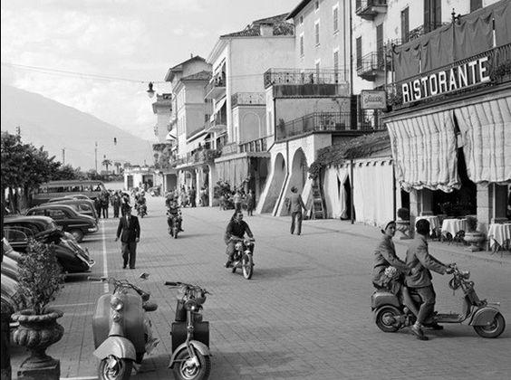 Arte Street scene in Bellagio Italy 1950 em Europosters.pt