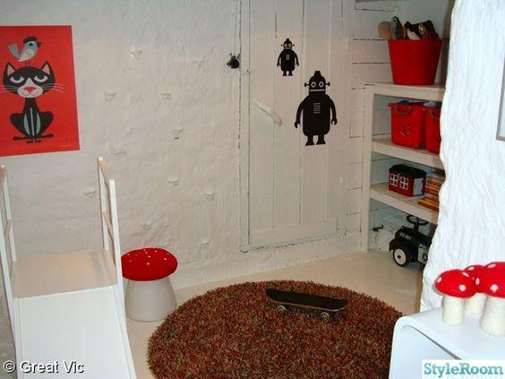 Inredning källare lekrum : lekrum,källare,rutchkana,matta,svamppall,hylla,barnrum,robotar ...