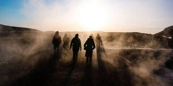 Spaziergang zu den heißen Quellen in Island