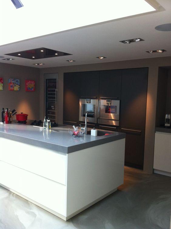 Greeploos kookeiland met inbouwkundige nissen gebouwde wijnklimaat ...