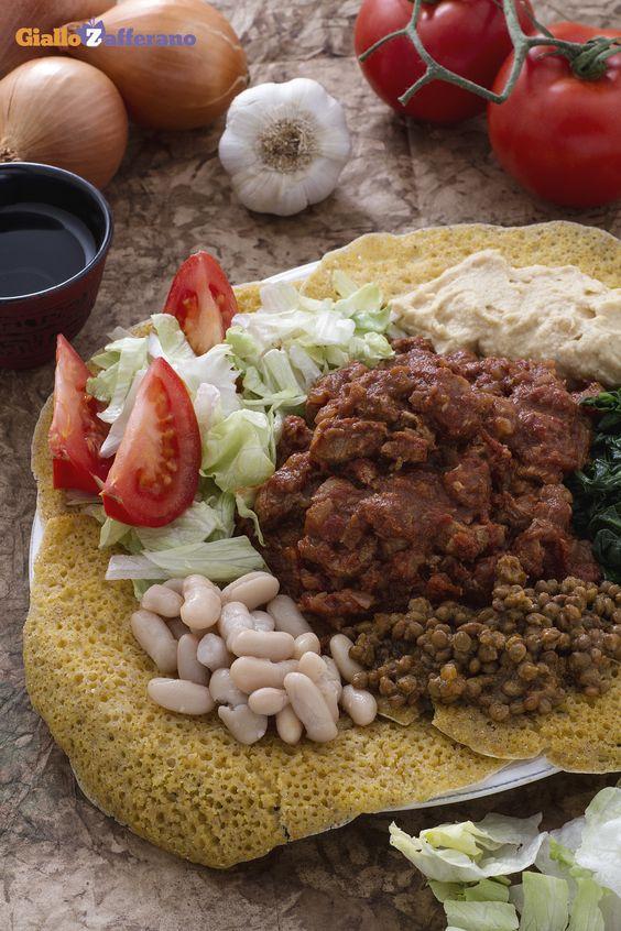 Lo #zighinì, tra i piatti più conosciuti della cucina eritrea, somala e dell'Etiopia, è composto da uno spezzatino di carne, verdure e legumi vari, come accompagnamento, il tutto servito su forme di pane injera. #ricetta #GialloZafferano #Africa