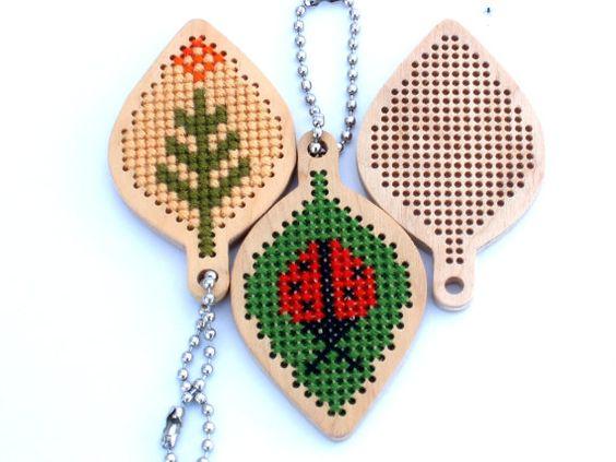 Feuilles en forme de kit de broderie en bois / wooden pendentif en bois blanc pour point de croix / inachevé