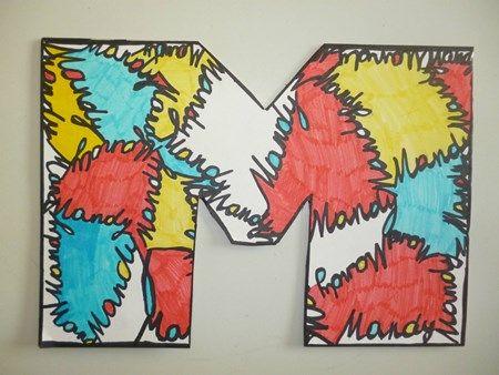"""Naamkunst in de stijl van Piet Mondriaan. In plaats van in een """"saaie"""" rechthoek te werken, moest iedere leerling de eerste letter van zijn naam in het groot maken en dan deze opvullen door zijn/haar naam tegen elkaar te schrijven. Op die manier krijg je vlakken en die werden dan ingekleurd in de hoofdkleuren, net zoals Piet Mondriaan."""