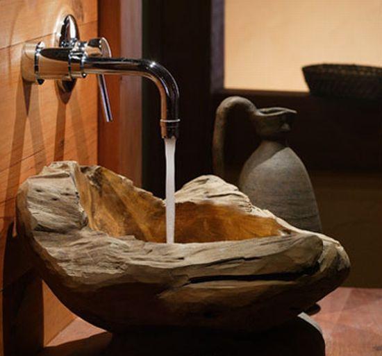 Un lavabo taill dans une pi ce de bois flott esprit for Salle de bain en bois flotte