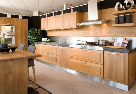 Eikenhouten Keuken Maken : Oak and stainless paneling. Modern stainless accents, very square