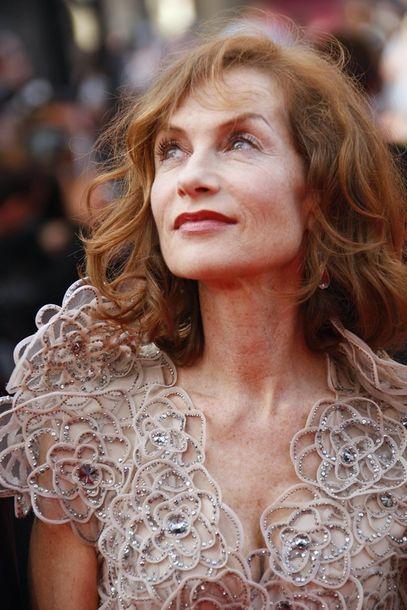 Sie hat in über 90 Filmen mitgespielt und leitet dieses Jahr die Jury des Filmfestivals: die Französin Isabelle Huppert, die am Eröffnungsabend ein Kleid aus der Linie Giorgio Armani Privé trug