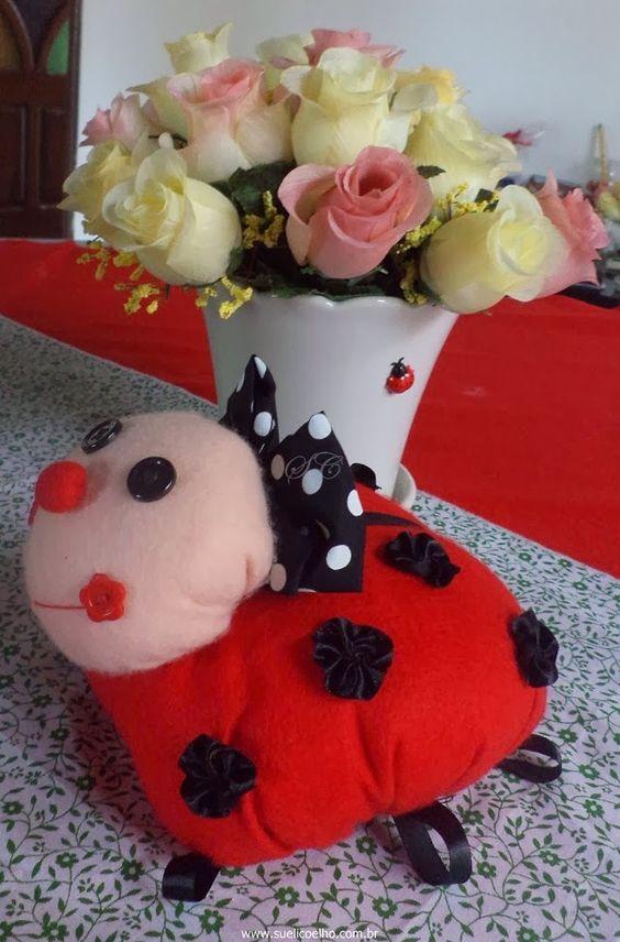Joaninhas feitas com feltro e detalhes em botões, tecidos e fitas, todas feitas artesanalmente. Perfeitas para decoração de festa infantil com o tema joaninha e jardim. http://www.suelicoelho.com.br/2013/03/joaninhas-em-feltro.html