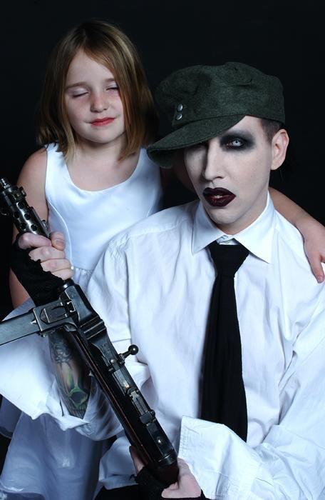 銃を持つMarilyn Manson