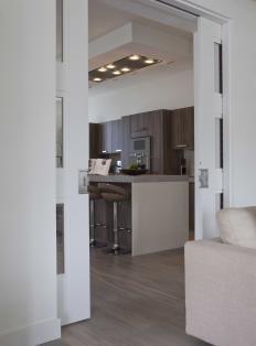 Kamer en suite deuren tussen woonkamer en keuken van - Keuken en woonkamer in dezelfde kamer ...