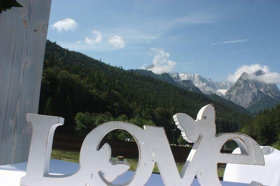 Sommerhochzeit in Türkis mit bunten Wiesenblumen, Hochzeit im Riessersee Hotel Garmisch-Partenkirchen, Bayern - Wedding in Bavaria - Turquoise and wild flowers - #Riessersee #Hochzeit #Türkis #Wiesenblumen #Hochzeitslocation #Garmisch #Bayern #wedding venue #abroad