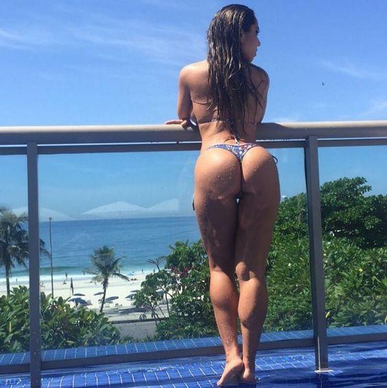 Mulher Melão posa com biquíni fio-dental em piscina de hotel no Rio