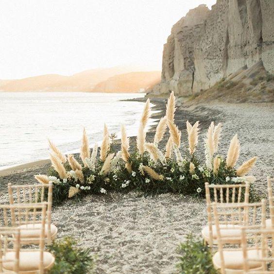 Pampas Grass obsession  Ceremony set up at @theroswavebar | Photography @sandyandodysseas | Florist @bettyflowerssantorini . . . #santoriniwedding #santoriniglamweddings #weddingingreece #destinationwedding #beachwedding #beachceremony #ceremonydecor #pampasgrass #destinationweddingplanner #greekislands #ihavethisthingwithflowers