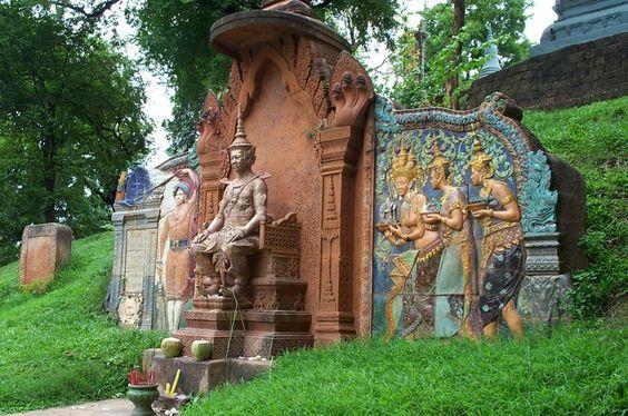 Tượng vua Ponhea Yat phía cổng đồng hồ cỏ