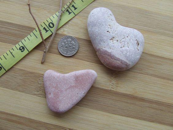 Coppia di sassi color  rosa e striature in di GlassAndSeaStones