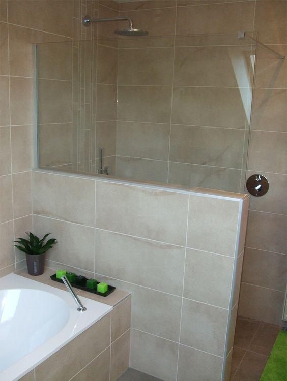 Inloopdouche met muurtje op het muurtje staat een glazen wand om zoveel mogelijk licht te - Glas betegelde badkamer bad ...