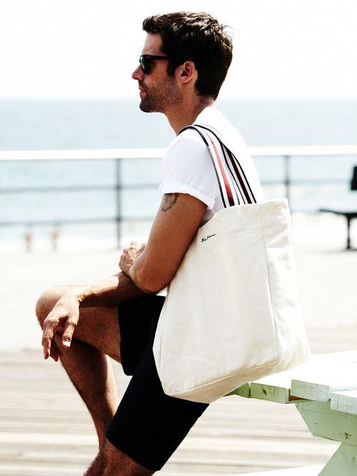 Tote bags are a great option for casual occasions. Essas bolsas são meio polêmicas...: