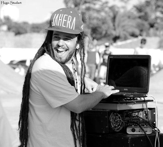 Músicos mato-grossenses se juntam para apresentar interpretações de clássicos do reggae.