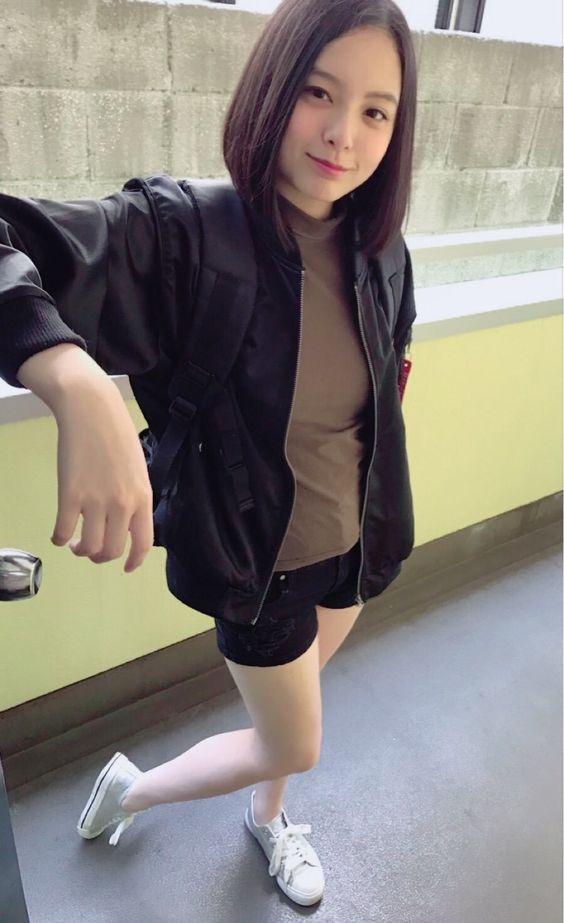 黒いショートパンツを履いている渡邊璃生の画像