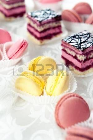 Buffet sirve dulces, macarrones de colores y pasteles galletas photo