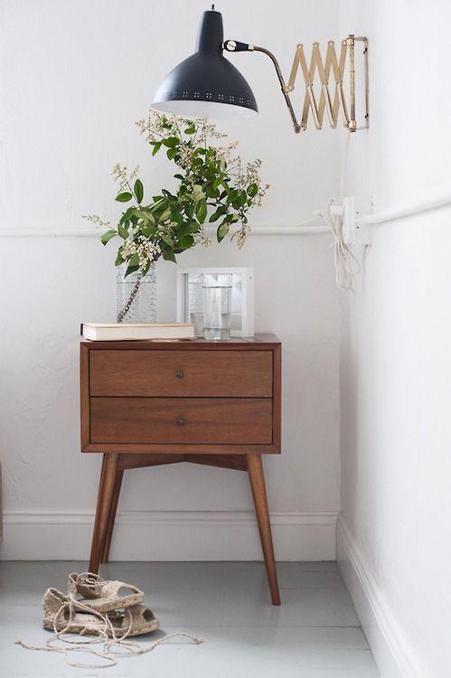 decoração retrô - criado mudo (vasinho decorado com folhagens e flores singelas):