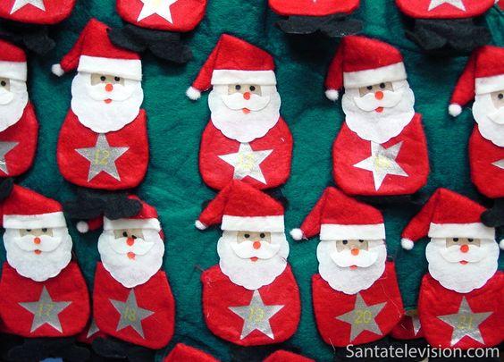 Handgefertigter Weihnachtsmann-Adventskalender auf dem Weihnachtsmarkt von Montbéliard, Frankreich