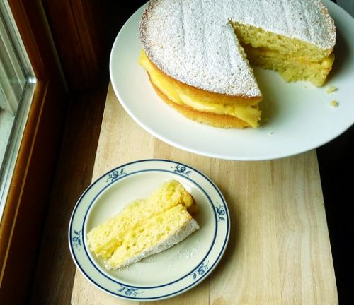victoria sponge cake with lemon curd