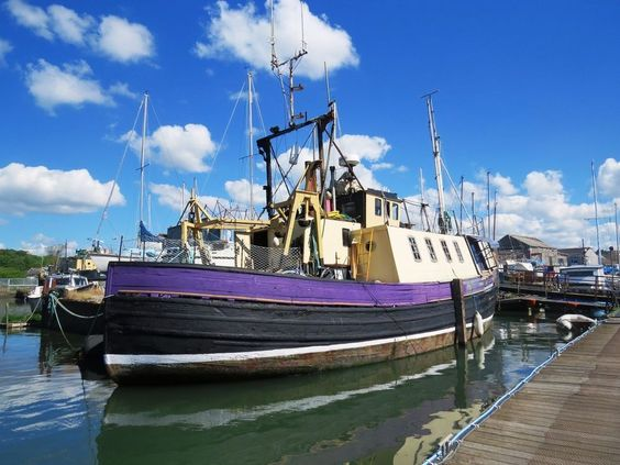 Houseboat- Charming spacious converted Trawler on residential mooring Cornwall