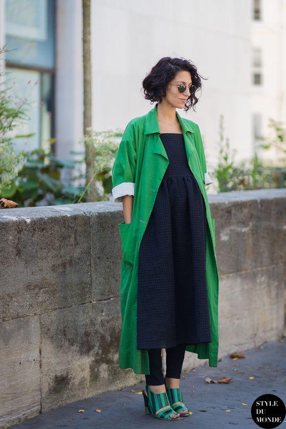 Casaco oversized greenery, vestido preto, calça preta, sobreposição, mule de salto:
