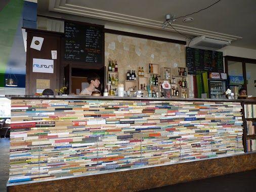 Una original barra de bar realizada con libros comunidad Decoracion de bares vintage