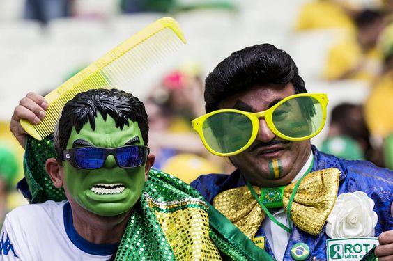 Torcedores brasileiros fantasiados de Hulk e Zé Bonitinho aguardam o início da partida. Foto: Eduardo Knapp/Folhapress