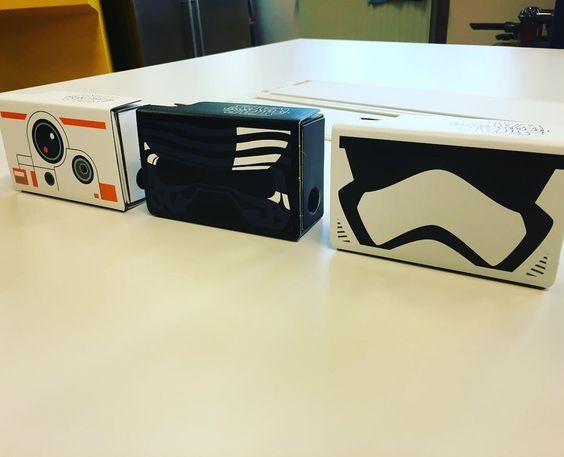 An awesome Virtual Reality pic! Check Bright.nl op Facebook voor gratis kaarten voor #Starwars in 2D :) Deze exclusieve #Google #Cardboard VR-brillen met #Starwars-designs gebruiken we alvast op de redactie voor testen van de nieuwe #virtualreality-beelden in de Star Wars-app #vr #theforceawakens #brighttv by bright_nl check us out: http://bit.ly/1KyLetq