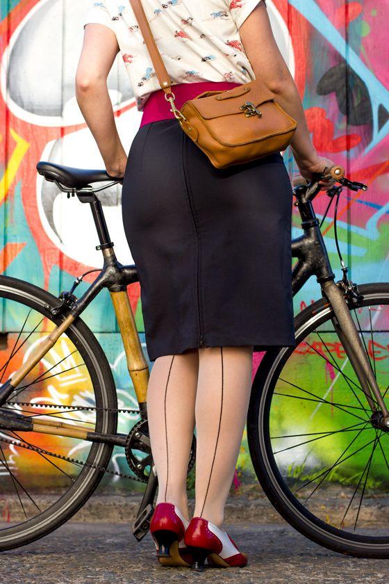 bike pretty, bikepretty, pretty bike, girls on bikes, cycle style, fashion bike, bike fashion, bike chic, bike style, girl on bike, cycle chic, bike in a skirt, pencil skirt, iva jean, reveal skirt, cool bike helmet, graffiti, graffiti alley, mission, san francisco