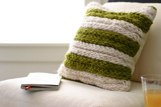 DIY Fabulous chunky throw pillow from finger knitting.... so simple even the kids can do it... :)  http://www.flaxandtwine.com/2012/01/finger-knitting-how-to.html