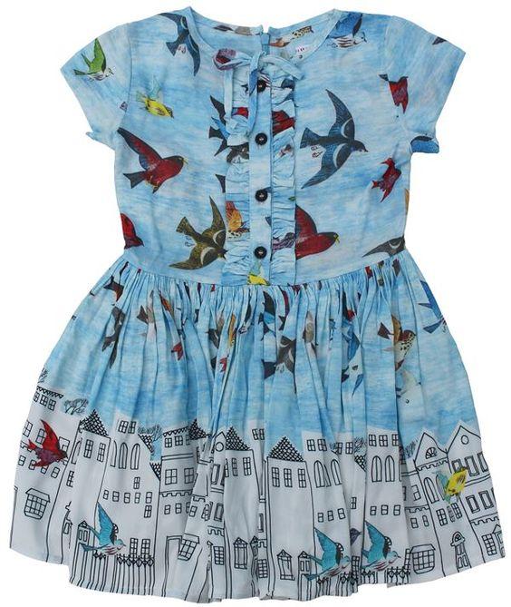 Morley - hemelsblauwe jurk vogels en huisjes - Zwierige jurk met aansluitend bovenstukje en franjes naast het knopenrij tot op het middel. Rits op de rug. Hemelsblauw met print van vogels en huisjes. Samenstelling: 100% viscose.