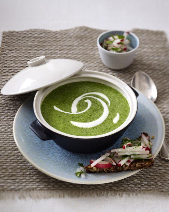 Unser beliebtes Rezept für Cremige Spinatsuppe mit Schwarzbrot-Radieschen-Bruschetta und mehr als 55.000 weitere kostenlose Rezepte auf LECKER.de.