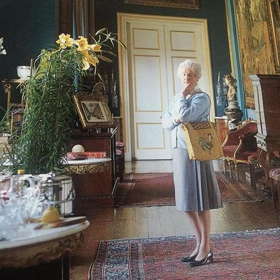 Her Grace Deborah Devonshire - photo by Simon Upton - in the Tapestry Gallery, the photo was used on the back of the great and beautiful book that Her Grace wrote called Chatsworth the house published in 2002 'This is a bright and shining Jewel of a book. The Duchess turns the past into life, and life into art' - Amanda Foreman. I love the towering lilies in pots especially in this photo something to try and do in the shop next year perhaps #DeborahDevonshire #Chatsworth: