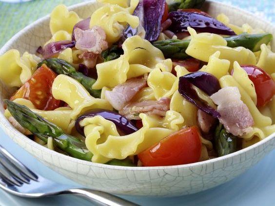 Nudel-Tomatensalat mit Speck und grünem Spargel ist ein Rezept mit frischen Zutaten aus der Kategorie Fruchtgemüse. Probieren Sie dieses und weitere Rezepte von EAT SMARTER!