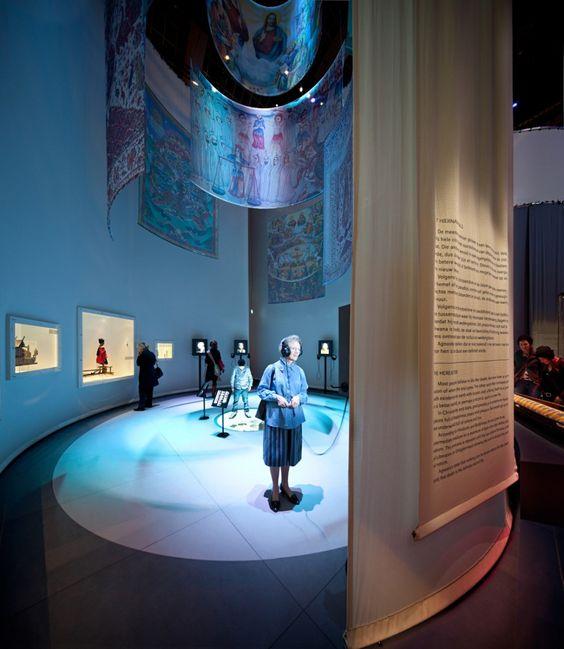 De Dood Leeft De Dood Leeft was een tijdelijke tentoonstelling in het Tropenmuseum die laat zien hoe mensen wereldwijd met de dood omgaan. Elke dag sterven wereldwijd ongeveer 155.000 mensen. Iedereen krijgt in zijn leven te maken met de dood. De Dood Leeft laat zien hoe men in verschillende culturen met de dood omgaat. Inmeer ...