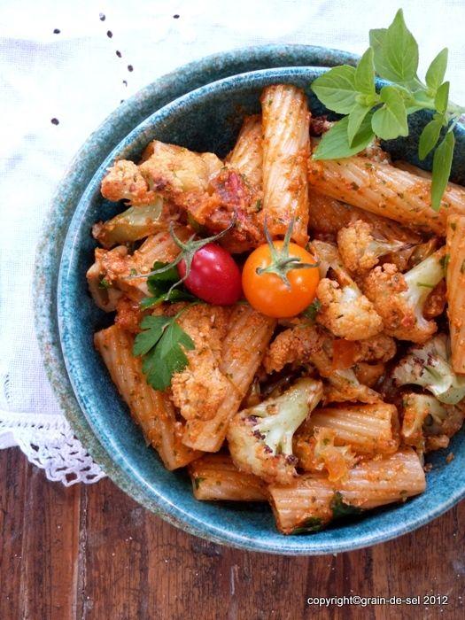 grain de sel - salzkorn: Motto-Party: Pasta mit geröstetem Blumenkohl und rotem Pesto