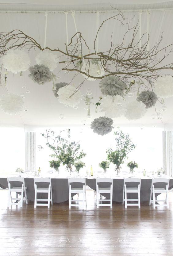 Décoration de mariage gris et blanc, nature branches de bois, pompons papier de soie crépon, naturelles. Vintage nature naturel grey white Wood wedding venue: