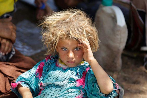Avec sa tignasse blonde et ses yeux bleus pénétrants, le regard de cette jeune fille yézidie de 6 ans en dit long sur l'exode de ce peuple las, victime d'un affreux génocide. La photographie publiée en novembre 2014 par le photojournaliste marocain de l'agence Reuters Youssef Boudlal fait partie d'une série de clichés pris en août dans le village de Fishkabur à la frontière irako-syrienne alors que la minorité irakienne fuit l'Etat Islamique.: