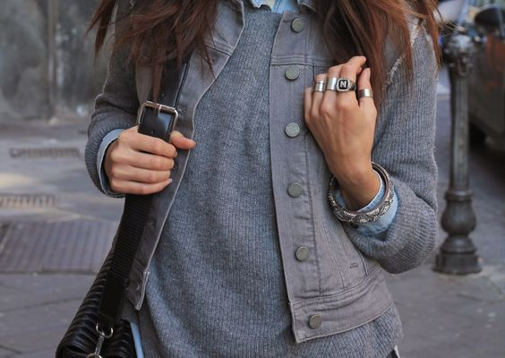 Jeans grigio in un outfit total denim!