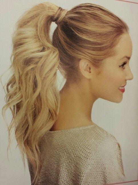 Peinado casual-romantico con coleta alta y pelo ondulado de Lauren Conrad