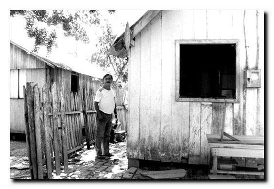 No final dos anos 80, as ameaças de morte por donos de madeireiras, de seringais e de fazendas de gado tornaram-se comuns. A desapropriação do Seringal Cachoeira, de  Darly Alves, custou-lhe, no entanto, a vida. Em 1988, Chico Mendes foi assassinado no quintal de sua casa, em Xapuri, com um tiro no peito. | http://ecoredesocial.com.br/2015/07/quem-foi-chico-mendes/