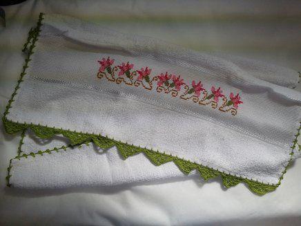 Pano de Prato Bordado Ponto Cruz - Tulipas Rosas B006.Pano de prato bordado - tulipas rosas, 100% algodão, no tamanho 42 cm por 64 cm, com acabamento em crochê verde. R$ 22,90  http://saluarts.airu.com.br/
