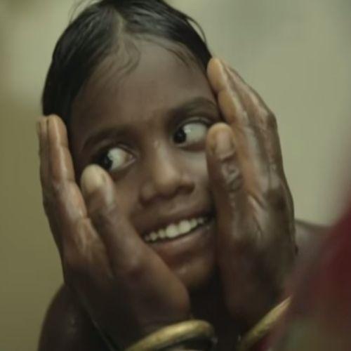 Blinde Zusjes Zien voor de Eerste Keer hun Moeder. Bekijk dit superleuke filmpje