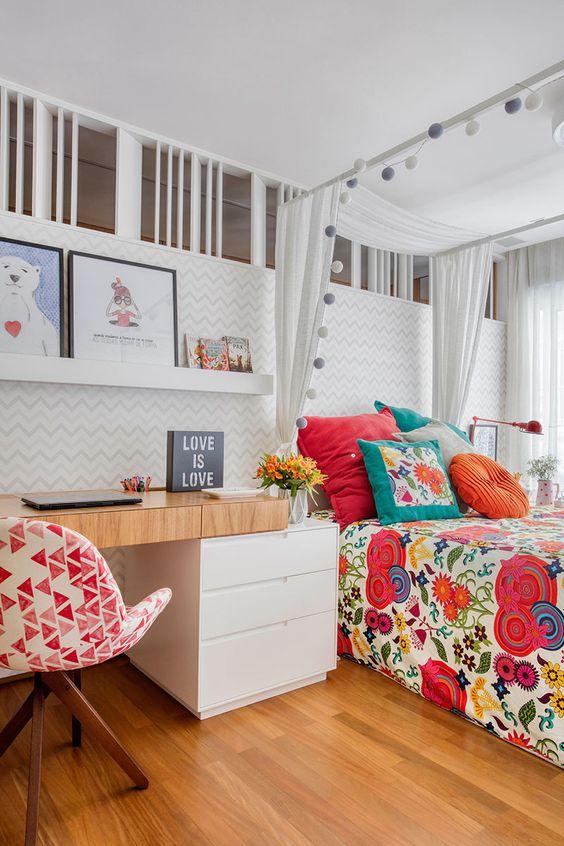 Decoração de apartamento. No quarto, escrivaninha de madeira, quadro, quadrinho, papel de parede chevron, roupa de cama estampada. #casadevalentina #decoracao #decor #details