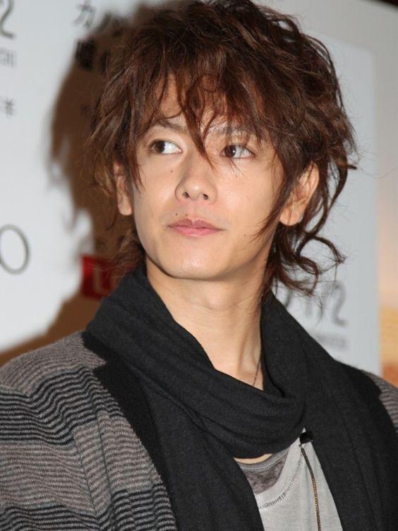 くしゅくしゅパーマスタイルの佐藤健の髪型